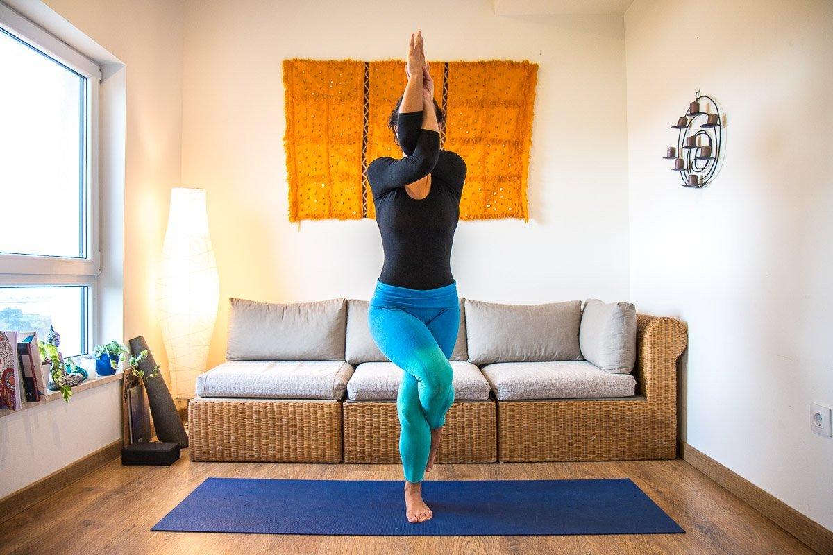 Garudasana o Postura del Águila   Yoga con Cris