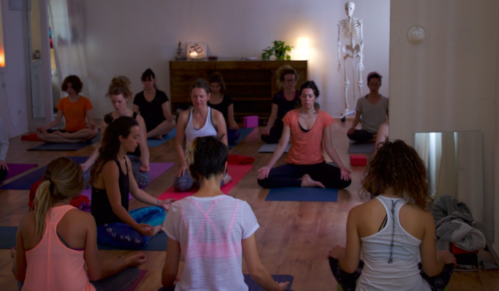 Sesiones intimas yoga con cris aramburo madrid clases intensivo workshop