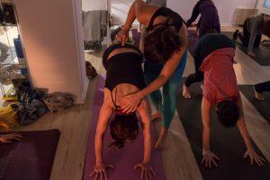 yoga con cris establece la práctica de yoga en casa