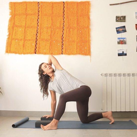 menos es mas clase online yoga con cris