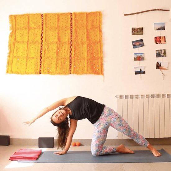 Estimular movimiento interno clase online yoga con cris