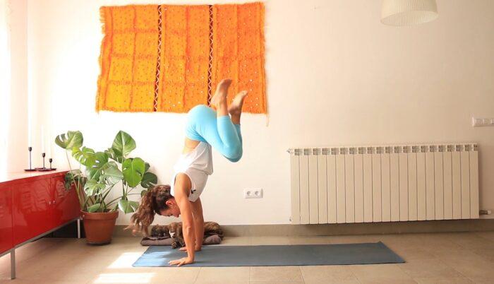 extensión contracción equilibrio cris aramburo yoga online